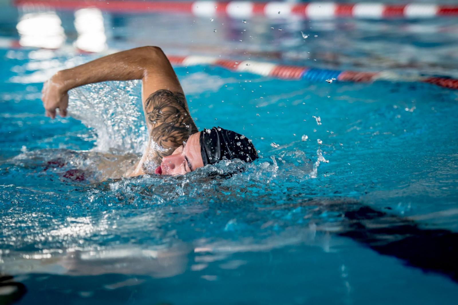 8 swimming lanes of 25 meters of lenght