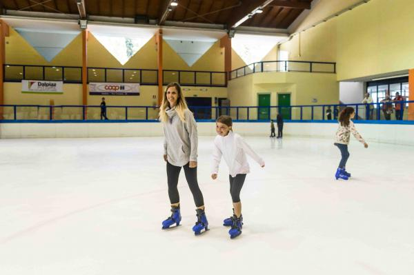 Ice Rink :10 entrance with skates for ADULT