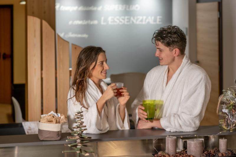 ph2020m-destefano-spa-saune-acquain-andalo-life-wellness-benessere-bar-lounge-trentino-altoadige-paganella-dolomiti-7,8863.jpg?WebbinsCacheCounter=1