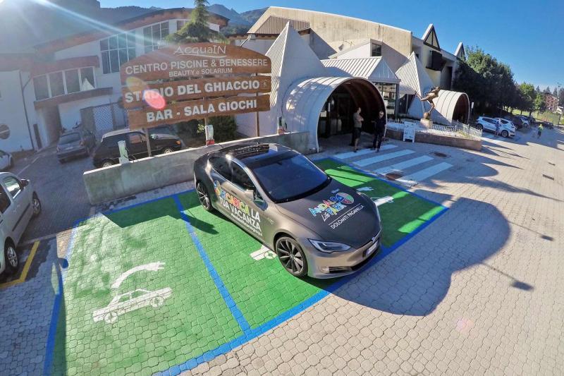 zona parcheggi ad Andalo Dolomiti Paganella con Tesla Auto per macchine elettriche Trentino